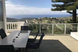Терраса. Кипр, Айос Тихонас Лимассол : Роскошная вилла с бассейном и видом на море, 7 спален с ванными комнатами, джакузи, тренажерный зал, сауна, сад на крыше с видом на море, парковка, Wi-Fi