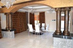 Гостиная. Кипр, Гермасойя Лимассол : Роскошная вилла с бассейном и видом на море, 6 спален с ванными комнатами, сауна, зеленый дворик, парковка, Wi-Fi