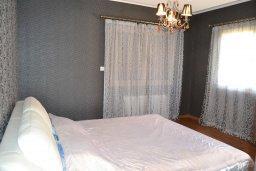 Спальня. Кипр, Гермасойя Лимассол : Роскошная вилла с бассейном и видом на море, 6 спален с ванными комнатами, сауна, зеленый дворик, парковка, Wi-Fi