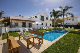 Фасад дома. Кипр, Санрайз Протарас : Прекрасная вилла с бассейном и зеленым двориком с барбекю, 4 спальни, 2 ванные комнаты, бильярд, настольный теннис, парковка, Wi-Fi