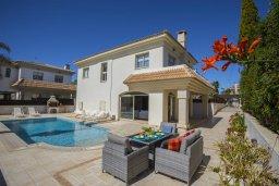 Фасад дома. Кипр, Каппарис : Роскошная вилла с бассейном и двориком с барбекю, 100 метров до пляжа, 3 спальни, 2 ванные комнаты, парковка, Wi-Fi
