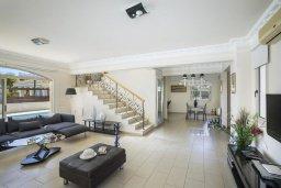 Гостиная. Кипр, Каппарис : Роскошная вилла с бассейном и двориком с барбекю, 100 метров до пляжа, 3 спальни, 2 ванные комнаты, парковка, Wi-Fi