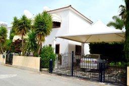 Фасад дома. Кипр, Нисси Бич : Вилла в комплексе с бассейном, 4 спальни, 2 ванные комнаты, парковка, Wi-Fi