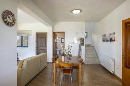 Обеденная зона. Кипр, Марони : Уютная вилла с большой зеленой лужайкой в 20 метрах от пляжа, 3 спальни, 2 ванные комнаты, барбекю, парковка, Wi-Fi