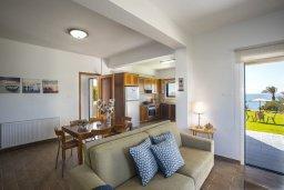 Гостиная. Кипр, Марони : Уютная вилла с большой зеленой лужайкой в 20 метрах от пляжа, 3 спальни, 2 ванные комнаты, барбекю, парковка, Wi-Fi