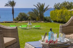 Территория. Кипр, Марони : Уютная вилла с большой зеленой лужайкой в 20 метрах от пляжа, 3 спальни, 2 ванные комнаты, барбекю, парковка, Wi-Fi