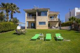 Фасад дома. Кипр, Марони : Уютная вилла с большой зеленой лужайкой в 20 метрах от пляжа, 3 спальни, 2 ванные комнаты, барбекю, парковка, Wi-Fi