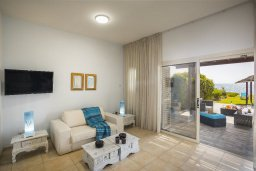Гостиная. Кипр, Менеу : Уютная вилла с зеленым двориком возле пляжа, 3 спальни, 2 ванные комнаты, вид на море, патио, барбекю, парковка, Wi-Fi
