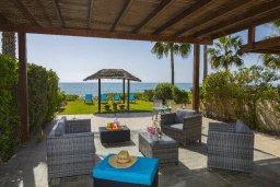 Патио. Кипр, Менеу : Уютная вилла с зеленым двориком возле пляжа, 3 спальни, 2 ванные комнаты, вид на море, патио, барбекю, парковка, Wi-Fi