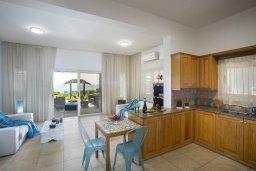 Кухня. Кипр, Менеу : Уютная вилла с зеленым двориком возле пляжа, 3 спальни, 2 ванные комнаты, вид на море, патио, барбекю, парковка, Wi-Fi