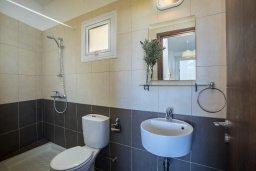Ванная комната. Кипр, Пернера : Современный апартамент в комплексе с бассейном, с гостиной, двумя спальнями, двумя ванными комнатами и балконом с видом на море и бассейн