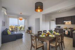 Гостиная. Кипр, Пернера : Современный апартамент в комплексе с бассейном, с гостиной, двумя спальнями, двумя ванными комнатами и балконом с видом на море и бассейн