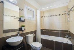Ванная комната 2. Кипр, Пернера : Современный апартамент в комплексе с бассейном, с гостиной, двумя спальнями, двумя ванными комнатами и балконом с видом на море и бассейн