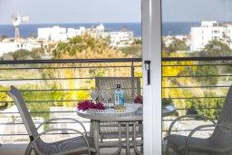 Балкон. Кипр, Пернера : Современный апартамент в комплексе с бассейном, с гостиной, двумя спальнями, двумя ванными комнатами и балконом с видом на море и бассейн