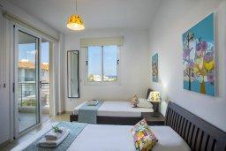 Спальня 2. Кипр, Пернера : Современный апартамент в комплексе с бассейном, с гостиной, двумя спальнями, двумя ванными комнатами и балконом с видом на море и бассейн