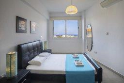 Спальня. Кипр, Пернера : Современный апартамент в комплексе с бассейном, с гостиной, двумя спальнями, двумя ванными комнатами и балконом с видом на море и бассейн