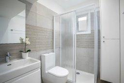Ванная комната. Кипр, Ларнака город : Современный апартамент в 30 метрах от пляжа, с гостиной, двумя спальнями и балконом с видом на море