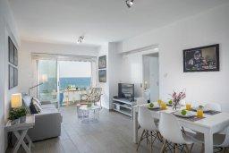 Гостиная. Кипр, Ларнака город : Современный апартамент в 30 метрах от пляжа, с гостиной, двумя спальнями и балконом с видом на море
