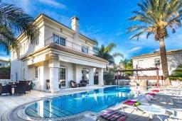 Фасад дома. Кипр, Каппарис : Роскошная вилла с бассейном в 100 метрах от пляжа, 4 спальни, 3 ванные комнаты, патио, барбекю, парковка, Wi-Fi