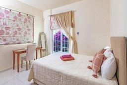 Спальня. Кипр, Каппарис : Роскошная вилла с бассейном в 100 метрах от пляжа, 4 спальни, 3 ванные комнаты, патио, барбекю, парковка, Wi-Fi