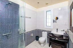 Ванная комната. Кипр, Каппарис : Роскошная вилла с бассейном в 100 метрах от пляжа, 4 спальни, 3 ванные комнаты, патио, барбекю, парковка, Wi-Fi