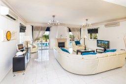 Гостиная. Кипр, Каппарис : Роскошная вилла с бассейном в 100 метрах от пляжа, 4 спальни, 3 ванные комнаты, патио, барбекю, парковка, Wi-Fi