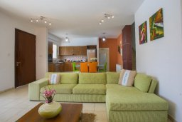 Гостиная. Кипр, Перволия : Прекрасная вилла с бассейном и зеленым двориком с барбекю и патио, 3 спальни, 2 ванные комнаты, настольный теннис, парковка, Wi-Fi