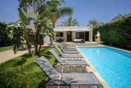 Фасад дома. Кипр, Перволия : Прекрасная вилла с бассейном и зеленым двориком с барбекю и патио, 3 спальни, 2 ванные комнаты, настольный теннис, парковка, Wi-Fi