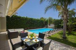 Патио. Кипр, Перволия : Прекрасная вилла с бассейном и зеленым двориком с барбекю и патио, 3 спальни, 2 ванные комнаты, настольный теннис, парковка, Wi-Fi