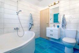 Ванная комната. Кипр, Каппарис : Современная вилла с бассейном и зеленым двориком с барбекю, 4 спальни, 4 ванные комнаты, парковка, Wi-Fi