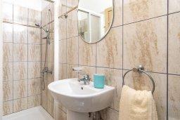 Ванная комната 2. Кипр, Каппарис : Современная вилла с бассейном и зеленым двориком с барбекю, 4 спальни, 4 ванные комнаты, парковка, Wi-Fi