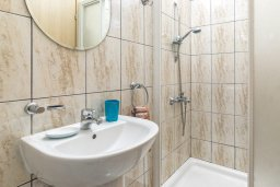Ванная комната 3. Кипр, Каппарис : Современная вилла с бассейном и зеленым двориком с барбекю, 4 спальни, 4 ванные комнаты, парковка, Wi-Fi