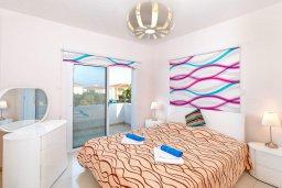 Спальня. Кипр, Каппарис : Современная вилла с бассейном и зеленым двориком с барбекю, 4 спальни, 4 ванные комнаты, парковка, Wi-Fi