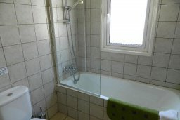 Ванная комната. Кипр, Каппарис : Прекрасная вилла с бассейном и двориком с барбекю, 3 спальни, 3 ванные комнаты, парковка, Wi-Fi