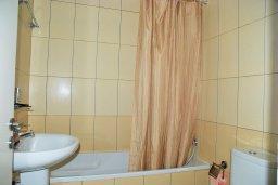 Ванная комната. Кипр, Гермасойя Лимассол : Двухэтажный таунхаус в комплексе с бассейном, гостиная, 2 спальни, 2 ванные комнаты, терраса с обеденной зоной, парковка, Wi-Fi