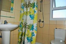 Ванная комната 2. Кипр, Гермасойя Лимассол : Двухэтажный таунхаус в комплексе с бассейном, гостиная, 2 спальни, 2 ванные комнаты, терраса с обеденной зоной, парковка, Wi-Fi