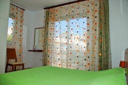 Спальня 2. Кипр, Гермасойя Лимассол : Двухэтажный таунхаус в комплексе с бассейном, гостиная, 2 спальни, 2 ванные комнаты, терраса с обеденной зоной, парковка, Wi-Fi