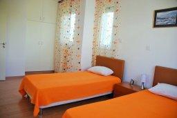 Спальня. Кипр, Гермасойя Лимассол : Двухэтажный таунхаус в комплексе с бассейном, гостиная, 2 спальни, 2 ванные комнаты, терраса с обеденной зоной, парковка, Wi-Fi
