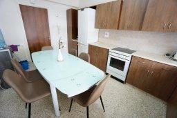 Кухня. Кипр, Айос Тихонас Лимассол : Апартамент в 20 метрах от пляжа, с гостиной, тремя спальнями, двумя ванными комнатами и большим балконом с видом на море