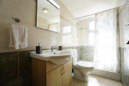 Ванная комната. Кипр, Айос Тихонас Лимассол : Апартамент в 20 метрах от пляжа, с гостиной, тремя спальнями, двумя ванными комнатами и большим балконом с видом на море