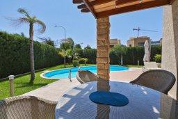 Обеденная зона. Кипр, Пареклисия : Современная вилла с бассейном и двориком с барбекю, 4 спальни, 3 ванные комнаты, патио, парковка, Wi-Fi