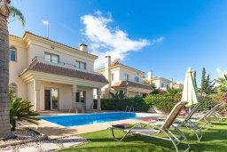 Фасад дома. Кипр, Каппарис : Прекрасная вилла с бассейном и зеленым двориком с барбекю, 3 спальни, 3 ванные комнаты, парковка, Wi-Fi
