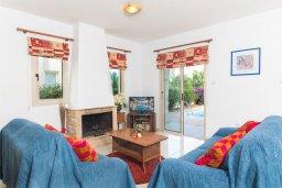 Гостиная. Кипр, Каппарис : Прекрасная вилла с бассейном и зеленым двориком с барбекю, 3 спальни, 3 ванные комнаты, парковка, Wi-Fi