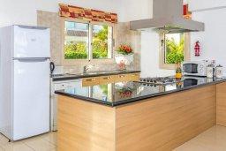 Кухня. Кипр, Каппарис : Прекрасная вилла с бассейном и зеленым двориком с барбекю, 3 спальни, 3 ванные комнаты, парковка, Wi-Fi