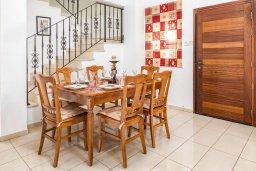 Обеденная зона. Кипр, Каппарис : Прекрасная вилла с бассейном и зеленым двориком с барбекю, 3 спальни, 3 ванные комнаты, парковка, Wi-Fi