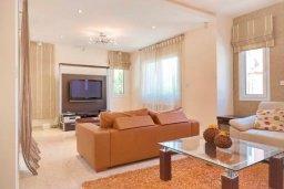 Гостиная. Кипр, Гермасойя Лимассол : Прекрасная вилла с бассейном и двориком с барбекю, 3 спальни, 2 ванне комнаты, парковка, Wi-Fi