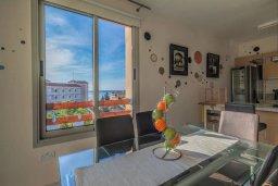 Обеденная зона. Кипр, Св. Рафаэль Лимассол : Двухуровневый апартамент в комплексе с бассейном, с большой гостиной, двумя спальнями, террасой и балконом