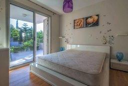 Спальня. Кипр, Св. Рафаэль Лимассол : Двухуровневый апартамент в комплексе с бассейном, с большой гостиной, двумя спальнями, террасой и балконом