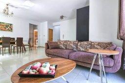 Гостиная. Кипр, Мутаяка Лимассол : Роскошная вилла с бассейном и зеленым двориком, 3 спальни, 2 ванные комнаты, парковка, Wi-Fi