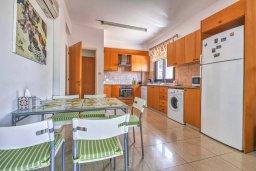 Кухня. Кипр, Мутаяка Лимассол : Роскошная вилла с бассейном и зеленым двориком, 3 спальни, 2 ванные комнаты, парковка, Wi-Fi